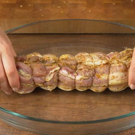 Форму для выпечки смазываем растительным маслом. В форму кладем подготовленную грудинку.