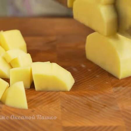 350 г картофеля нарезаем кубиками.