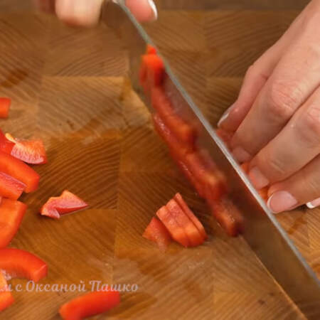 1 сладкий перец нарезаем небольшими брусочками.