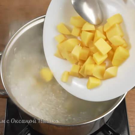 В бульон кладем нарезанную картошку. После закипания, варим картофель примерно 5 минут.