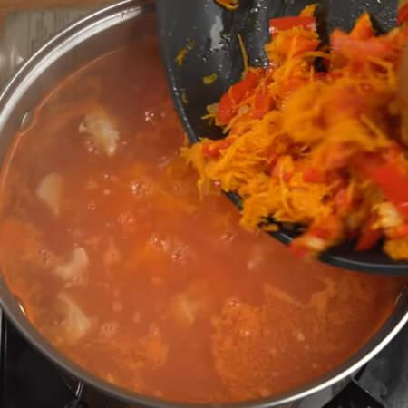 В конце в суп, добавляем приготовленную овощную пассеровку