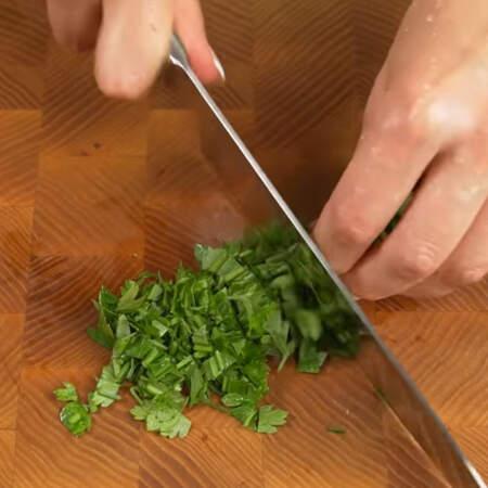 Мелко нарезаем пучок свежей петрушки.