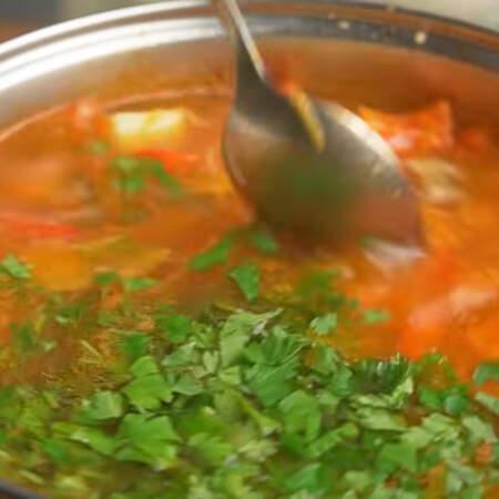 Добавляем петрушку и все перемешиваем. Даем еще раз закипеть супу и снимаем с огня. Суп готов можно подавать на стол.