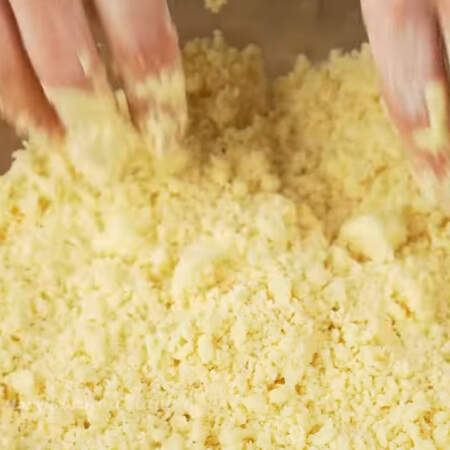 Муку с маслом перетераем руками до крупной крошки. Перетирать нужно как можно быстрее, чтобы масло не растопилось от тепла рук.