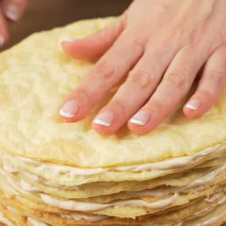 Таким методом складываем весь торт. Рассчитывайте крем так,чтобы 3-4 ст. л. крема осталось для украшения.