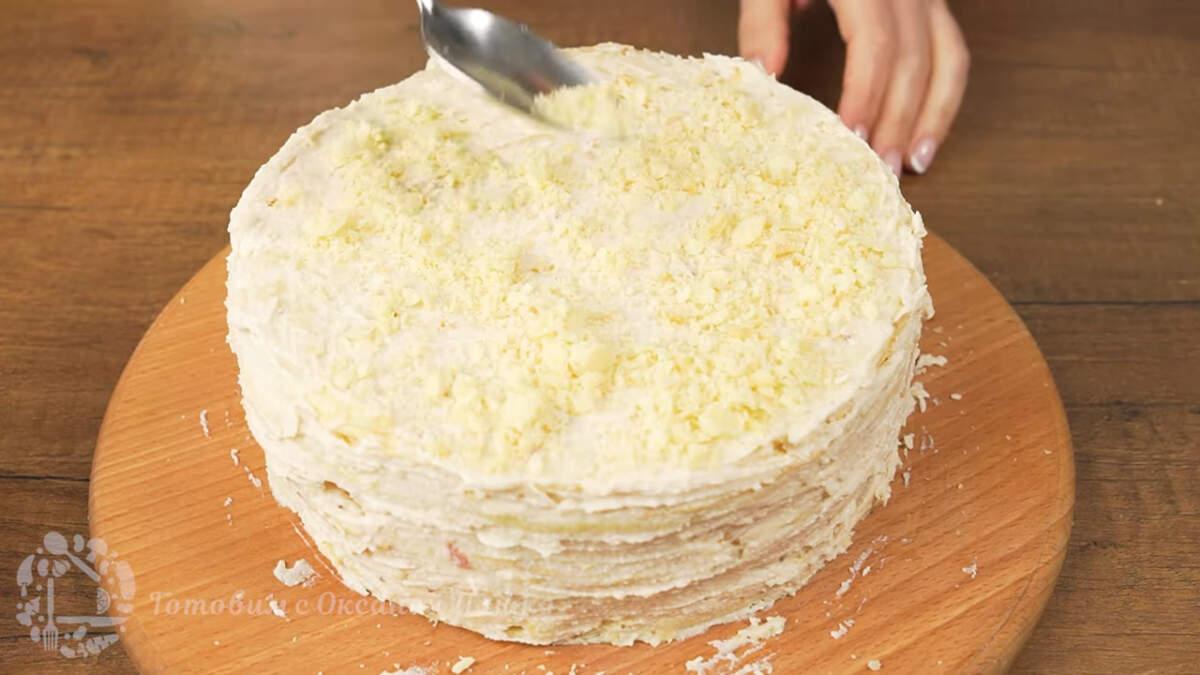 Подготовленной крошкой посыпаем торт сверху и по бокам.  Готовый торт переставляем на блюдо и подаем на стол.