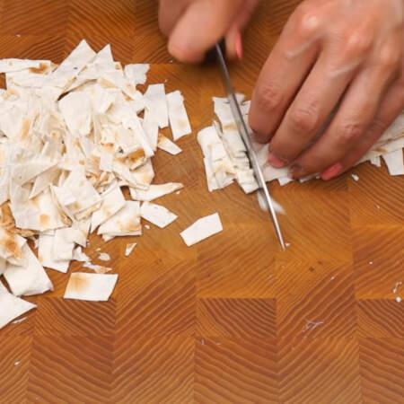Обрезки, которые остались мелко нарезаем ножом.