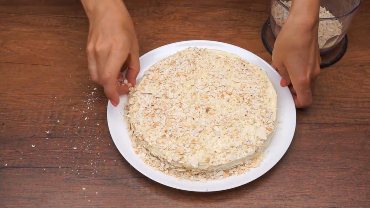 Остатками крема обмазываем весь торт сверху и по бокам. Торт посыпаем высушенными измельченными кусочками лаваша. Торт готов, ставим его в холодильник настаиваться примерно на 2 часа.