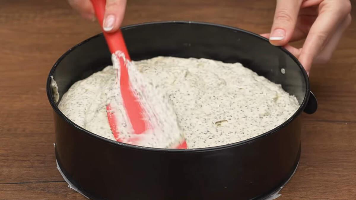 Готовое тесто перекладываем в форму для выпечки дно которой застелено пергаментной бумагой. Диаметр моей формы 21 см.