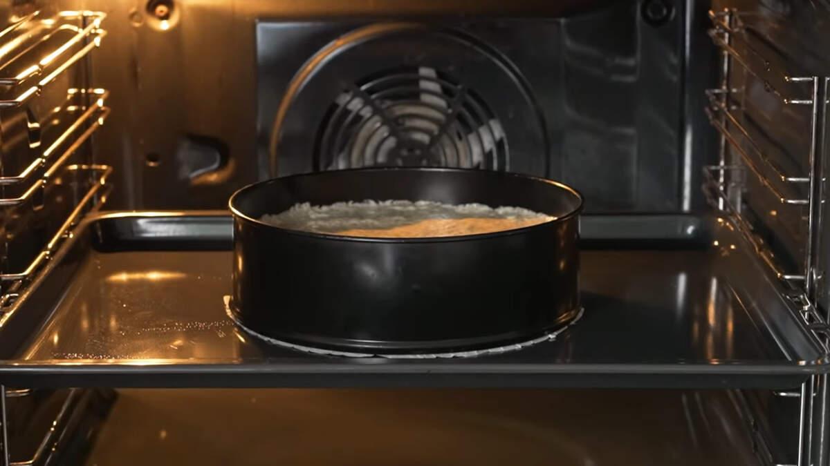 Все ставим в разогретую духовку до 180 град. Выпекаем примерно 35-40 минут. Бисквиту даем полностью остыть и выстояться ночь.