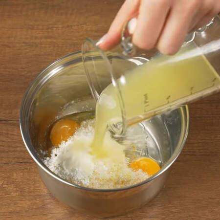 Берем сотейник и кладем в него 1 желток и 1 яйцо, насыпаем подготовленный сахар с лимонной цедрой и добавляем 5 г крахмала. Я использую кукурузный, но также можно взять и картофельный. Сюда же наливаем лимонный сок.