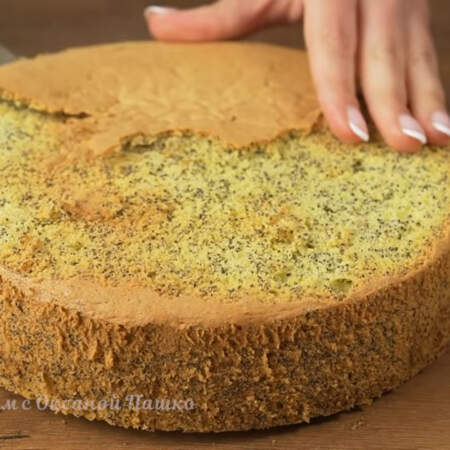 Остывший бисквит вынимаем из формы и срезаем верхнюю корочку.