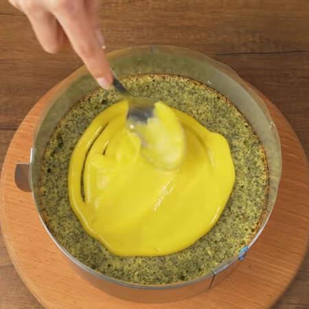 Выкладываем вторую половину лимонного курда.