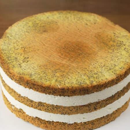 Накрываем торт подставкой для торта и переворачиваем. Нижняя сторона торта окажется сверху, она, как правило, более ровная.