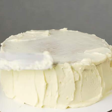 Затем наносим второй, более толстый слой крема.