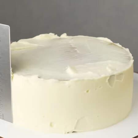 Его хорошо выравниваем и опять ставим торт в холодильник застывать.