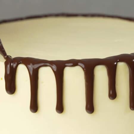 Вынимаем торт из холодильника и сразу же украшаем его только что приготовленной шоколадной глазурью. Сначала наносим потеки по бокам.