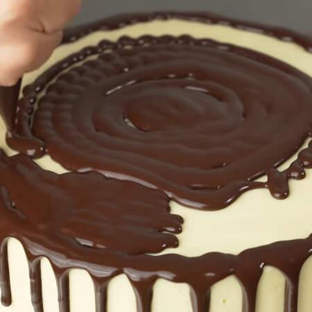 Оставшуюся глазурь выливаем на верхнюю часть торта.