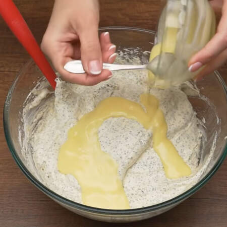 Сюда же в тесто добавляем 100 г растопленного сливочного масла.