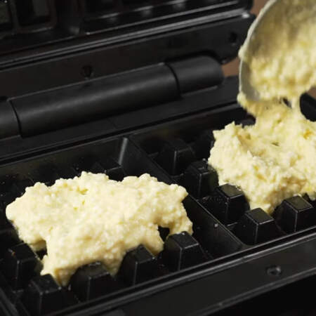 В вафельницу кладем тесто. Я кладу примерно по одной столовой ложке с горкой теста для каждой вафли. Закрываем вафельницу и жарим примерно 3-4 минуты.