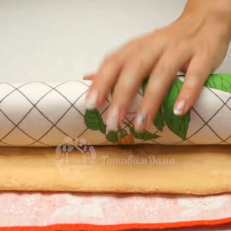 Бисквит сворачиваем в рулет вместе с полотенцем и оставляем его в таком виде до полного остывания.