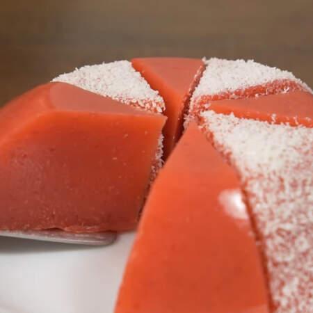 Десерт красиво выставляем на тарелку и подаем на стол.