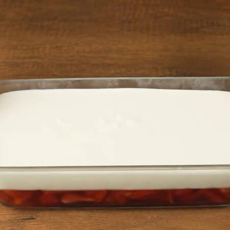 Все аккуратно выравниваем в форме и опять ставим в холодильник застывать.