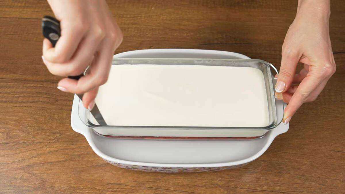 Десерт уже застыл. Чтоб его достать из формы, опускаем форму с десертом в горячую воду на 10-15 секунд. По бокам я еще прошлась тонким ножом, так как горячая вода не доставала до самого верха.