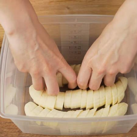 Нарезанные кусочками бананы кладем в  контейнер, накрываем крышкой и ставим в морозильную камеру на 2-3 часа.