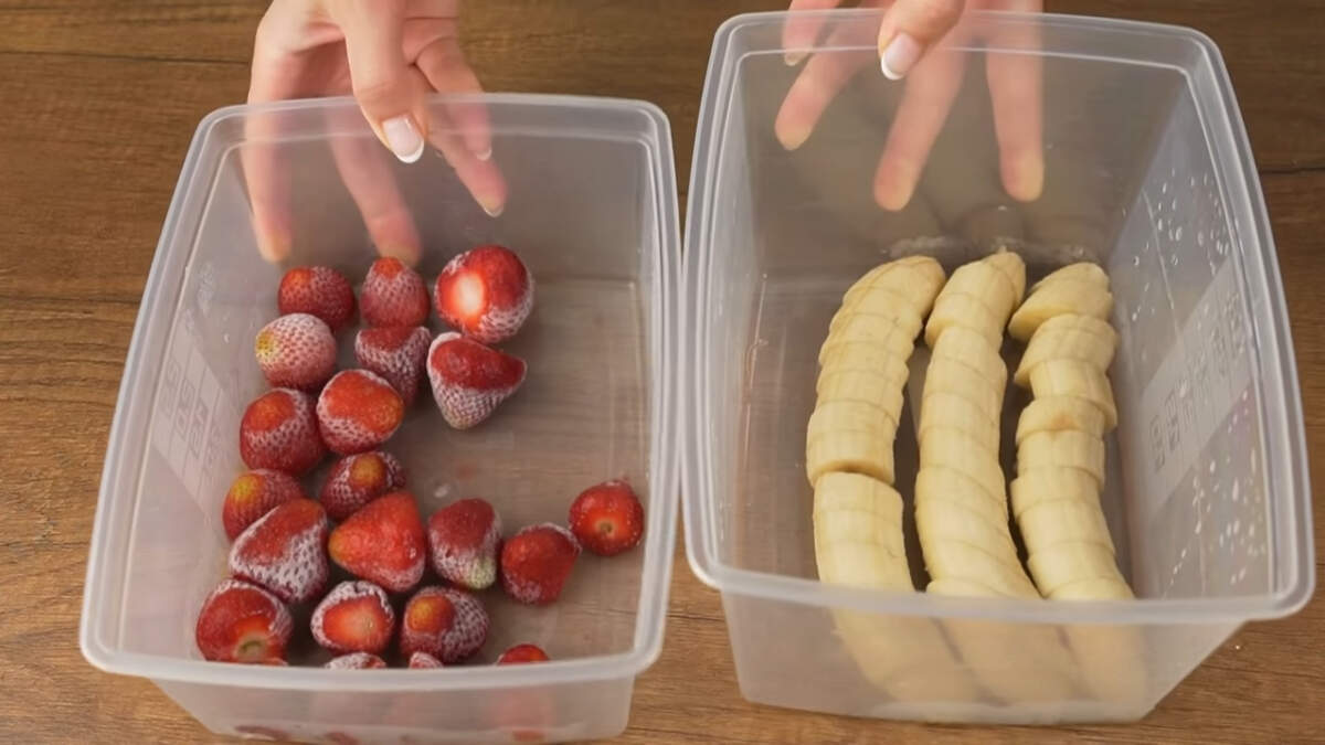 Бананы и клубника замерзли, оставляем их на столе на несколько минут, чтоб они слегка разморозились, для того чтобы они легче взбивались и не сломали измельчитель.