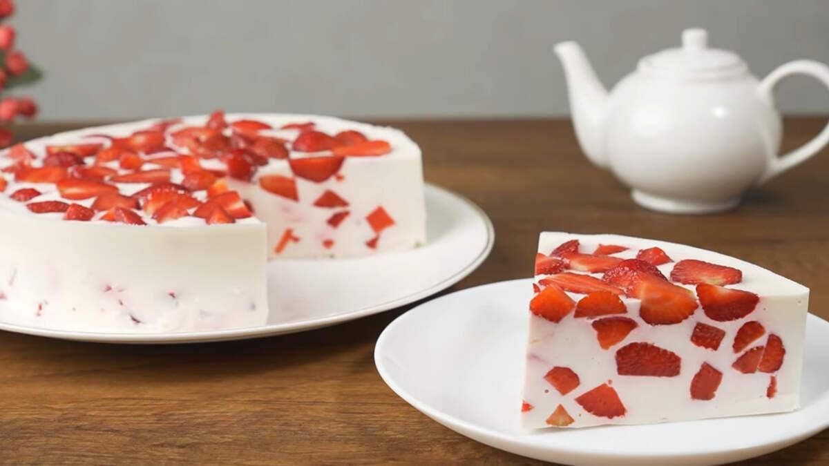 Торт с клубникой без выпечки получился в меру сладким, нежным и ароматным за счет клубники. Готовится он настолько просто, что справится каждый. Он идеально подходит для летних жарких дней, когда хочется чего-то нежного и прохладного. Клубнику в этом торте можно заменить другими ягодами или фруктами, например персиками. Если захочется приготовить такой торт зимой, то можно использовать консервированный ананас или персик.