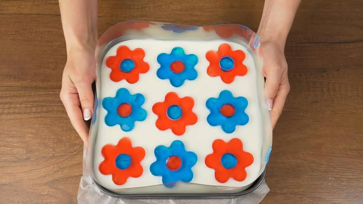 Торт сначала оставляем на столе, чтобы желатин немного схватился, а затем ставим в холодильник застывать.