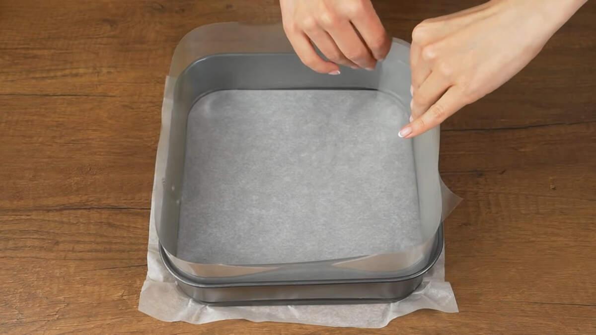 Берем квадратную форму и дно застилаем пергаментной бумагой. По бокам формы ставим ацетатную пленку. Размер моей формы 23 на 23 см.