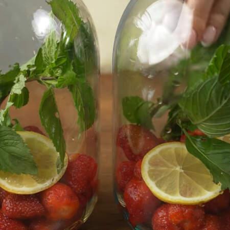 Кладем по 2 кружочка лимона. Также в каждую банку кладем по 2 веточки свежей мяты Мята придает компоту неповторимую свежесть.