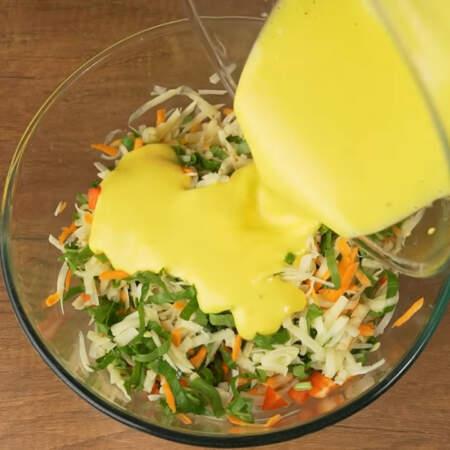 Приготовленную заливку выливаем на овощи.