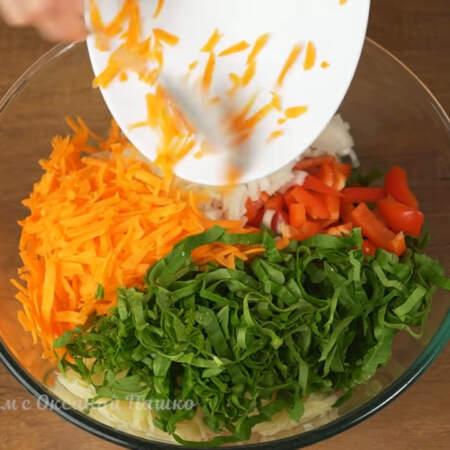 В миску насыпаем тертый картофель, шпинат, подготовленный перец, лук и морковь.
