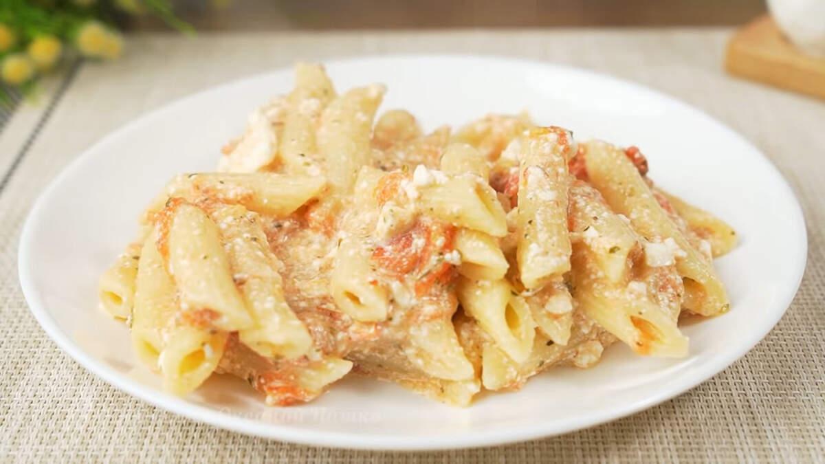 Макароны с фетой и помидорами получились очень вкусными, сочными и ароматными. Помидоры придают приятную кислинку, а фета и ароматные травы отлично дополняют и гармонируют вкус блюда. Такие макароны очень выручают, когда не хочется готовить что-то сложное.