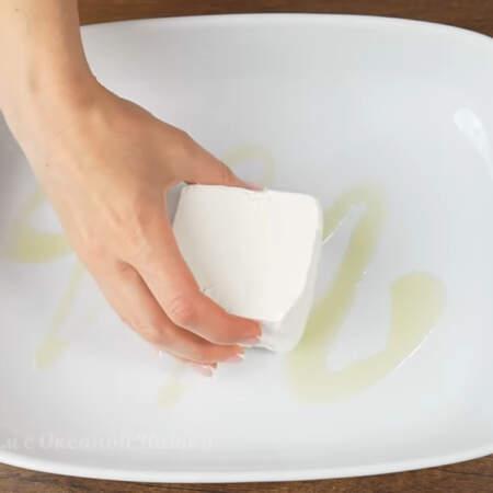 Форму для запекания немного поливаем растительным маслом, я взяла оливковое. По середине кладем кусок сыра фета весом примерно 300-350 г.