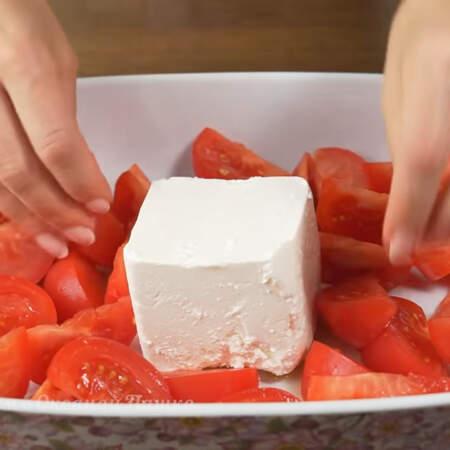Вокруг сыра выкладываем подготовленные кусочки помидоров.