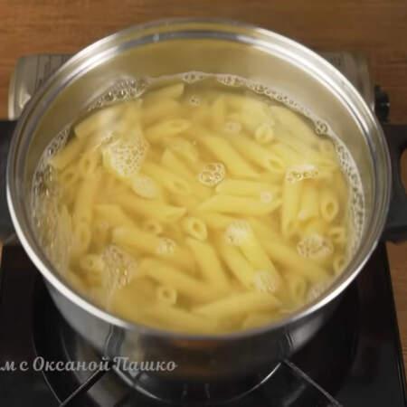 Макароны я использую твердых сортов. Варим примерно 7-10 минут. Снимаем с огня и сливаем воду.