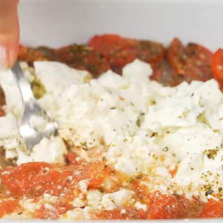 Помидоры с сыром запеклись. Вынимаем их из духовки. Аккуратно вилкой раздавливаем сыр и помидоры при этом в перемешиваем.