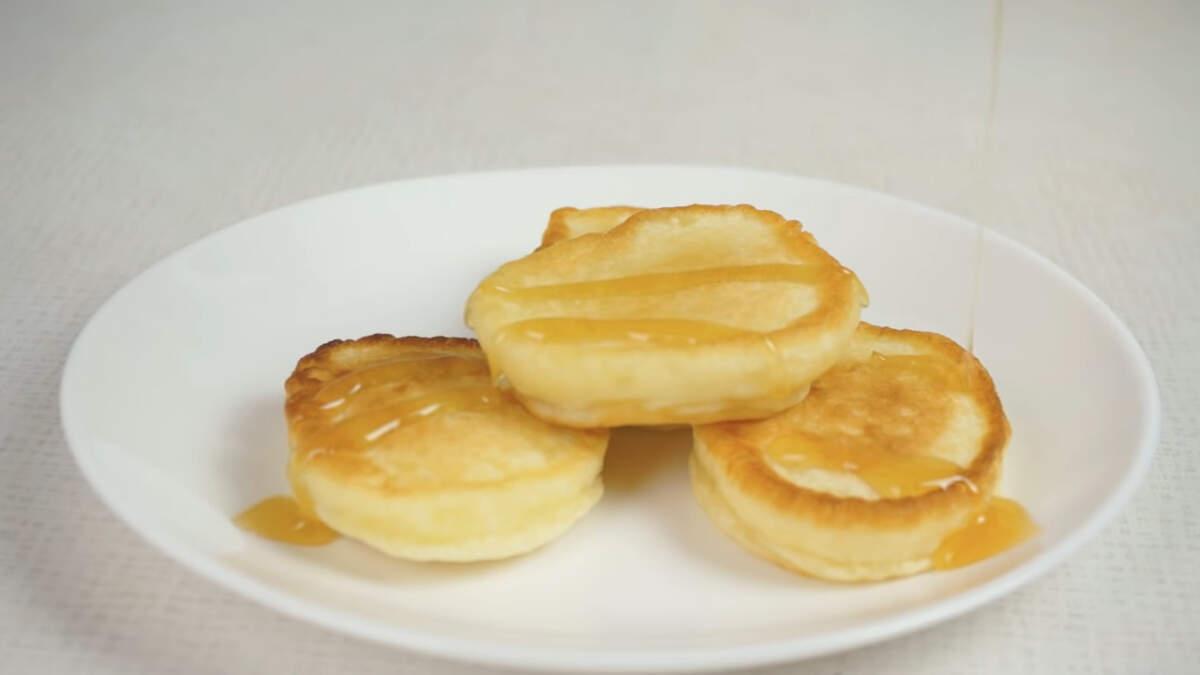 Самые вкусные оладьи, пока они еще теплые. Подавать оладьи можно с мёдом, вареньем, джемом к молоку или к чаю.
