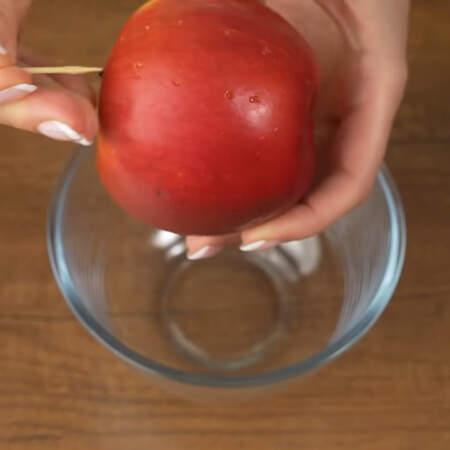 Сначала приготовим яблочное пюре. Берем одно большое вымытое яблоко и прокалываем в нем отверстия с помощью зубочистки. Яблоко кладем в миску и ставим в микроволновку на максимальную мощность на 5 минут.