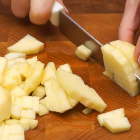 Очищенное яблоко нарезаем кубиками.