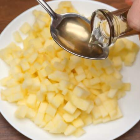 На яблоко наливаем 1 ст.л. яблочного уксуса. Уксус можно заменить лимонным соком.