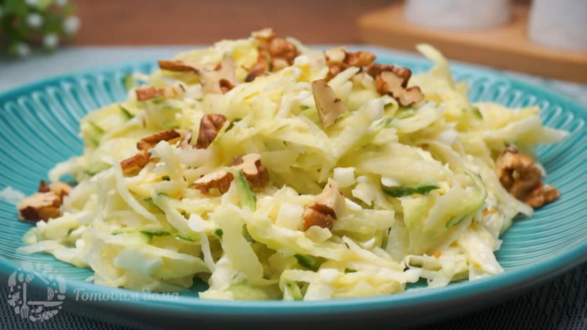 Салат с дайконом получился очень вкусным и легким. Готовится он легко и просто. Обязательно приготовьте такой салат, особенно в осенне-зимние дни, когда нужны витамины.