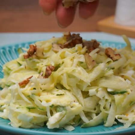 Перед подачей салат посыпаем рублеными орехами, они придают салату особенный вкус. Салат готов, можно подавать на стол.