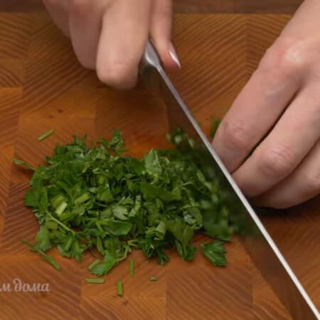 Измельчаем пучок петрушки. Петрушку можно заменить другой зеленью, например укропом или зеленым луком.