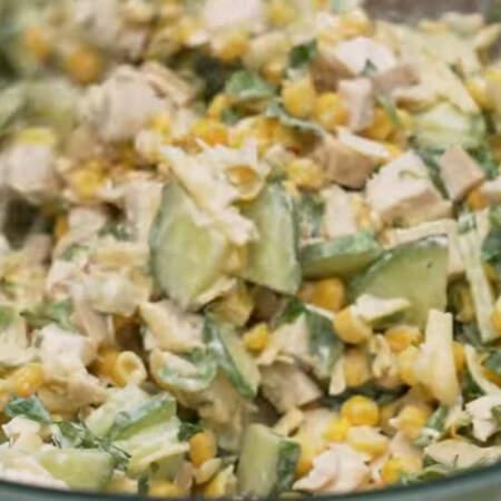 Все хорошо перемешиваем. Также салат можно заправить майонезом или густым салатным йогуртом. Салат готов, можно подавать на стол.