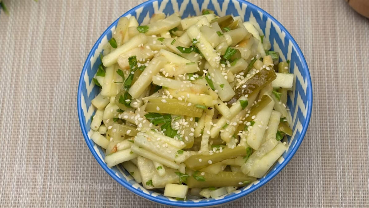 Салат с сельдереем, яблоком и огурцом получился необычным и вкусным. Готовится он очень просто и отлично подходит на каждый день.